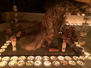 2014-12-lightingcandles04