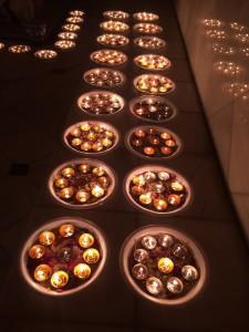 2014-12-lightingcandles05